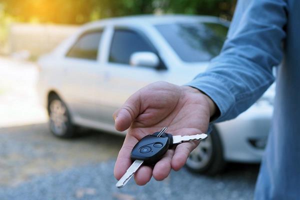 Klucze do samochodu łatwo zgubić lub zatrzasnąć w samochodzie. Jeśli jedziesz w dalszą podróż weź do kieszeni kluczyki zapasowe