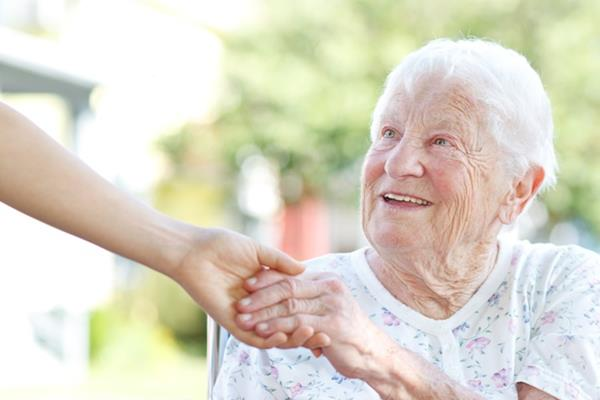 Czego oczekiwać od opiekuna dla seniora?