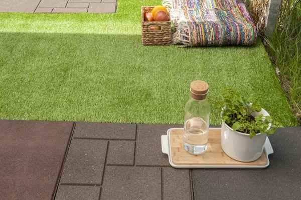 Jak dbać o sztuczną trawę na balkonie?