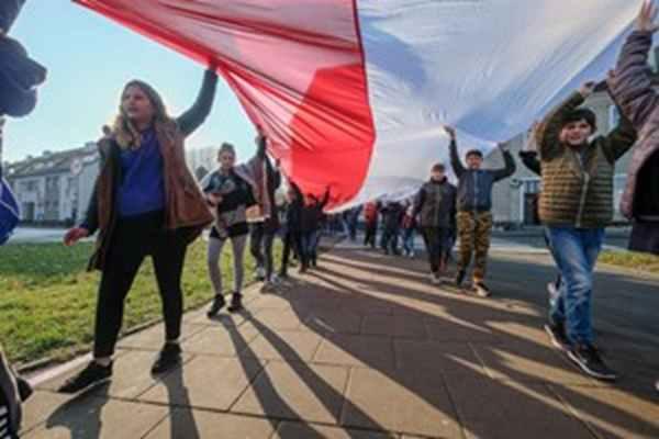 Uczniowie Szkoły Podstawowej nr 63 wspólnymi siłami uszyli flagę biało czerwoną.