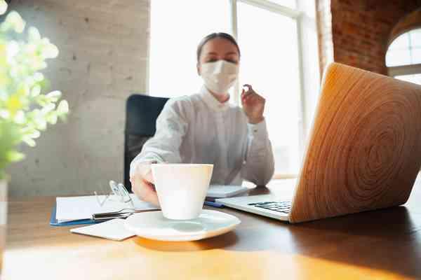 Dwie trzecie Europejczyków doświadczyło pogorszenia nastroju w czasie lockdownu. Niemal połowie pomogło codzienne delektowanie się filiżanką kawy.