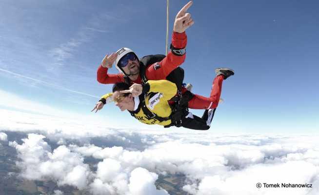 Skoki spadochronowe w tandemie – spełnij swoje marzenia!
